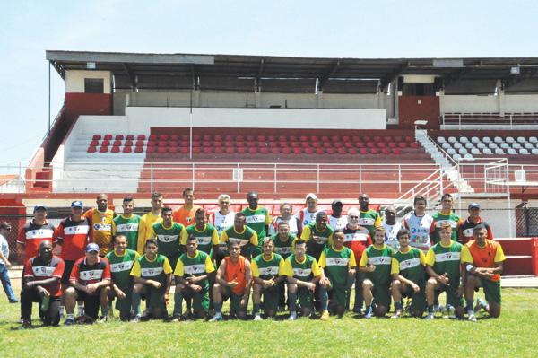 Equipe de 1977 se reúne com meninos da formação atual para comemorar chance do clube de subir de divisão