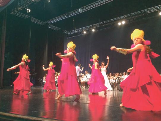 Elenco é composto por mais de cem integrantes incluindo 20 músicos