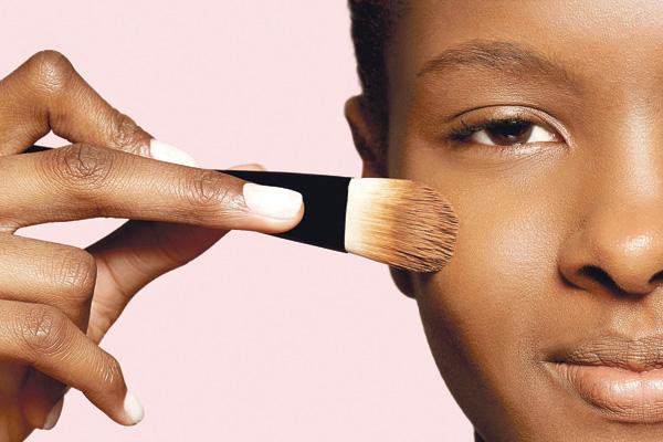 1 Escolha uma base ou um corretivo com efeito natural. Pincele nas olheiras e manchas ou no rosto todo.
