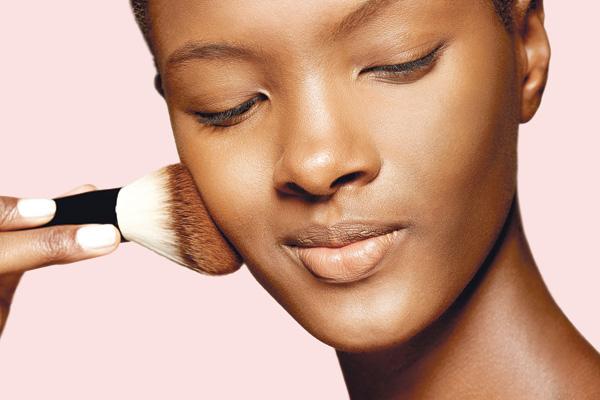 2 Use um pó bem fininho na face. Evite passar muito produto, para a pele não parecer carregada.