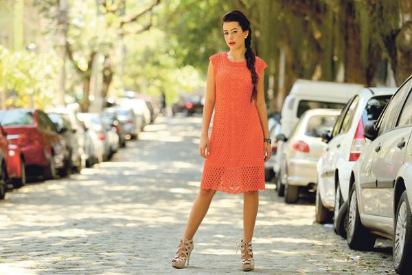Feminina: Vestido de tricô laranja, sandália, Kit de pulseiras e brinco