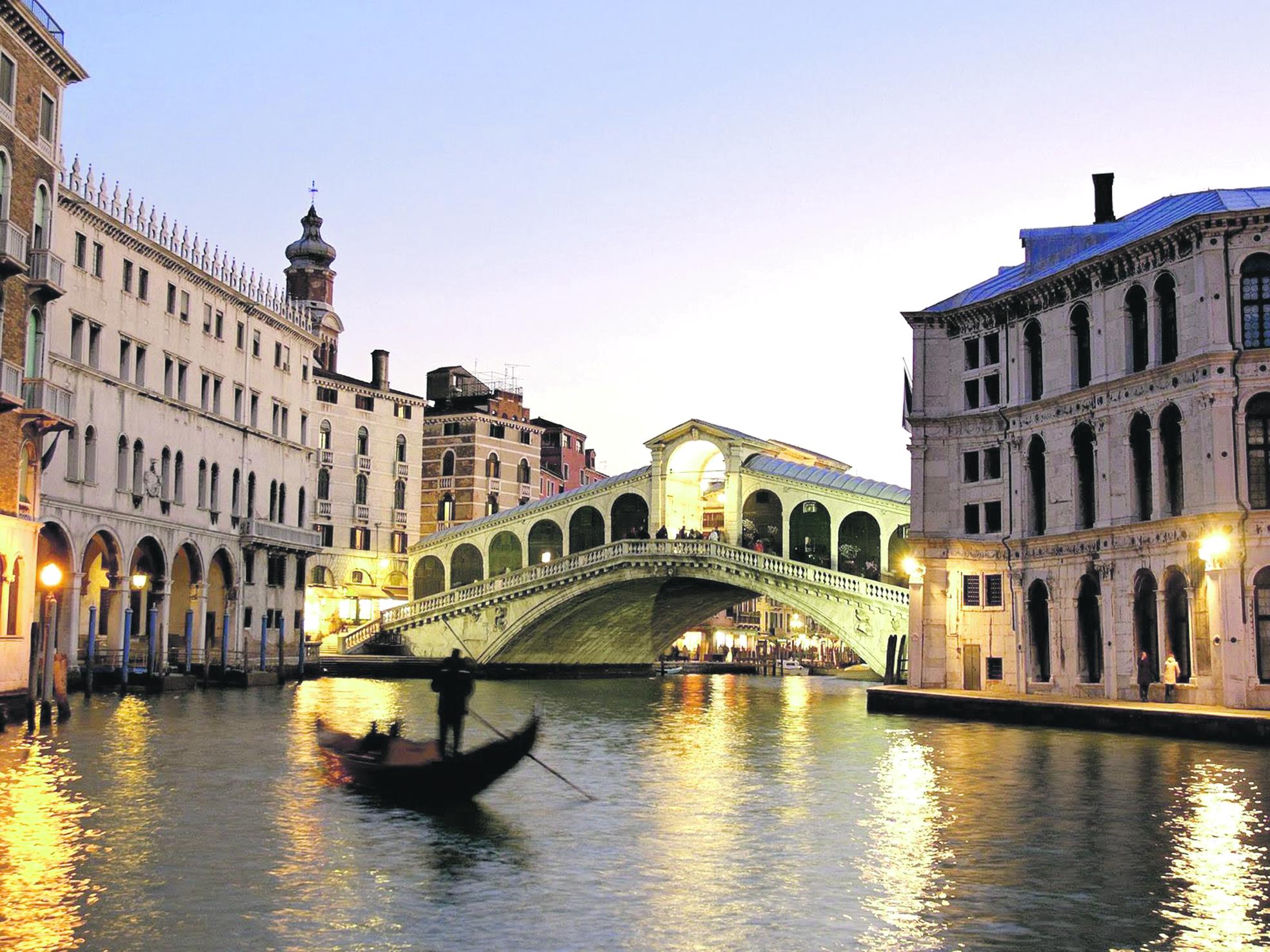 Mansões à beira d'água, palácios e igrejas dão ao passeio pelo Grand Canal a sensação de se estar navegando em uma pintura