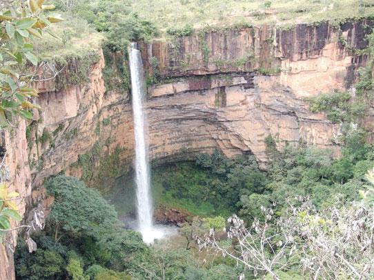 Trilhas margeiam cânions onde os mais aventureiros podem arriscar um rapel ou canyoning nos 70 metros da Cachoeira Véu da Noiva
