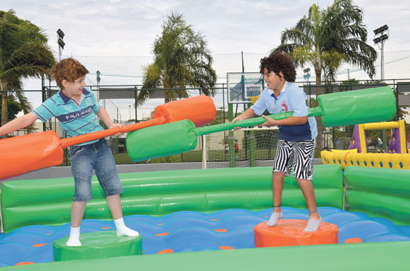 Clubes oferecem às crianças programação com diversas atrações e brinquedos infláveis com monitores e diversas guloseimas