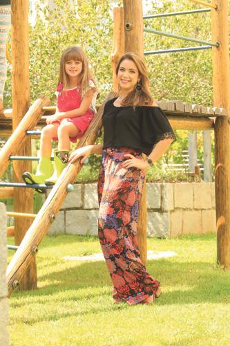 Mãe: Pantalona, blusa, sandália, brinco e pulseira Filha: Jardineira rosa, camiseta e galocha verde
