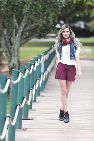 Fashion: Short, camiseta, colete, pulseira, botinha e echarpe