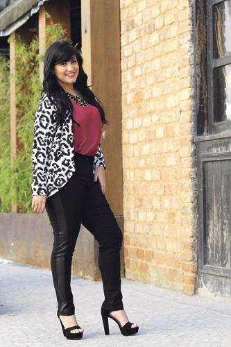 Elegante: Calça com neoprene na lateral, blusa cor marsala, casaqueto, colar, sandália preta e anel