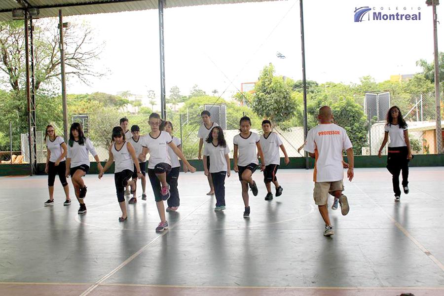 10 - 2 - Colegio Montreal diversas atividades extras, como aula de Hip Hop para alunos e pais