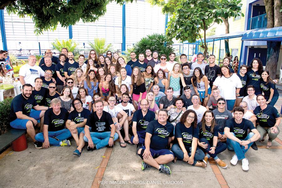 11 - Alunos e professores do Objetivo comemoram aprovações na festa Cabeça-Dinossauro no último sábado