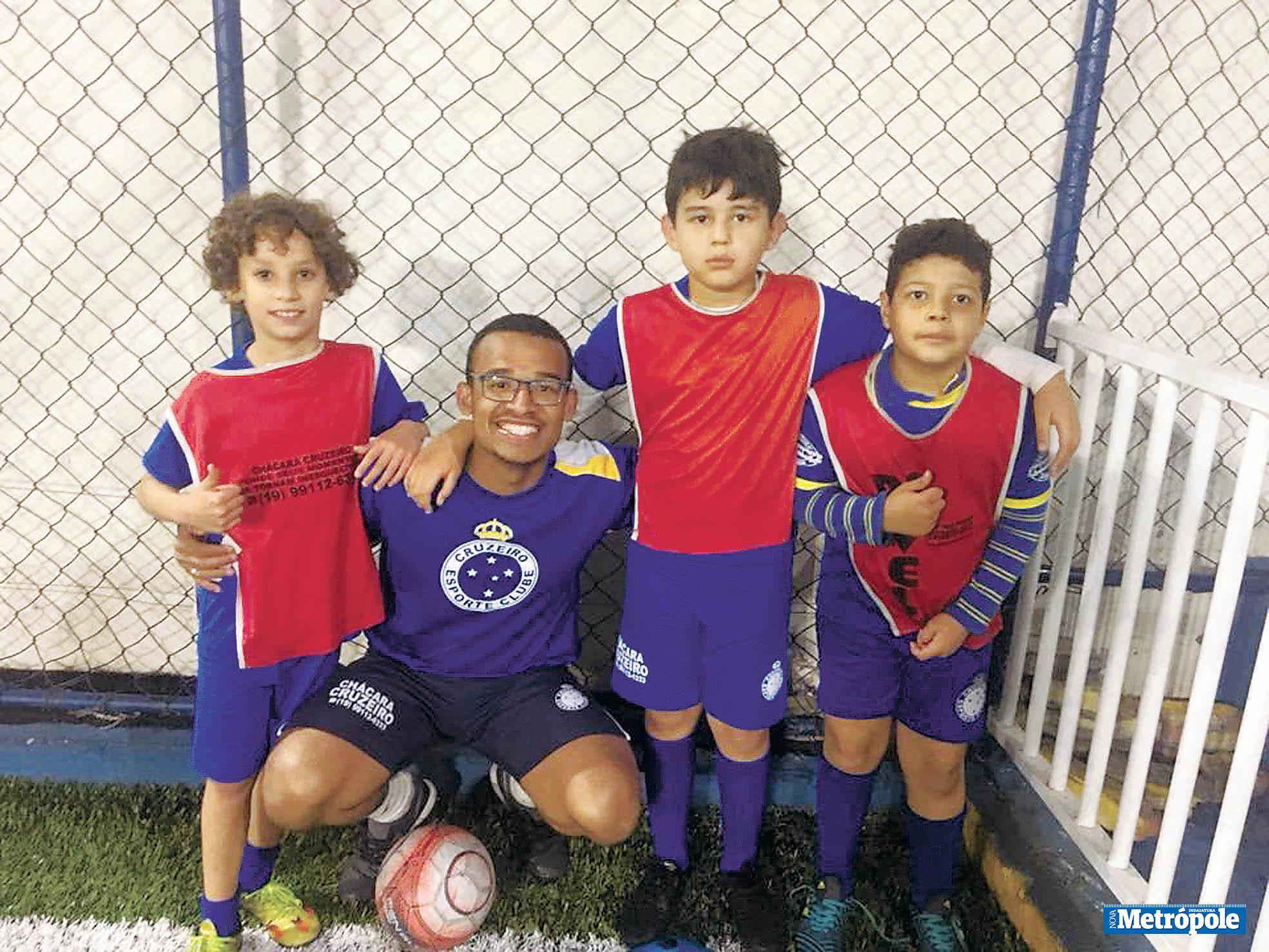 26 - Estagiário Kainan e alunos da Equipe Sub-9 da Escola de Futebol Oficial do Cruzeiro em recente treino