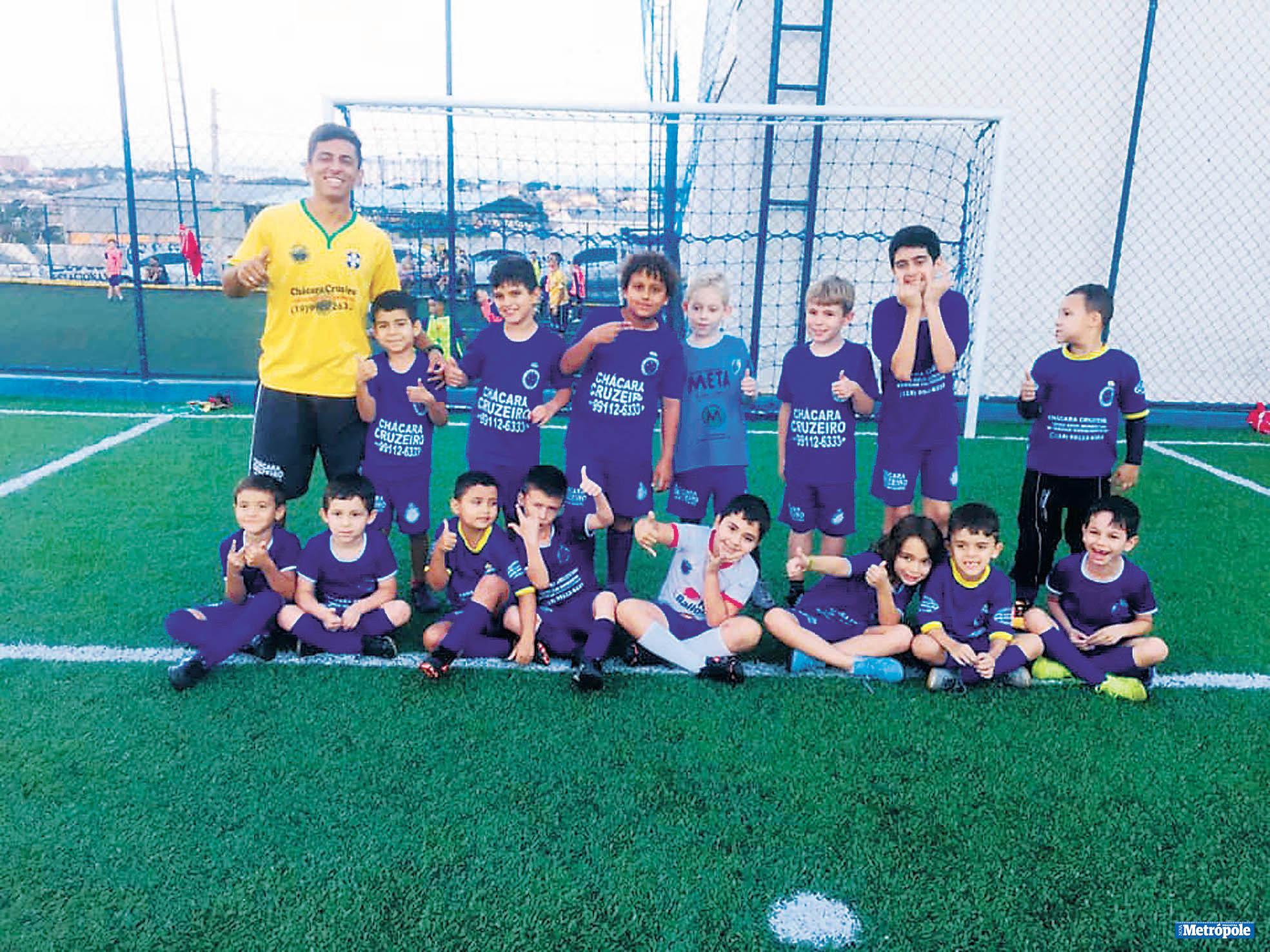 26 - Estagiário Lucas e alunos da categoria Sub-7 da Escola de Futebol Oficial do Cruzeiro em recente treinamento