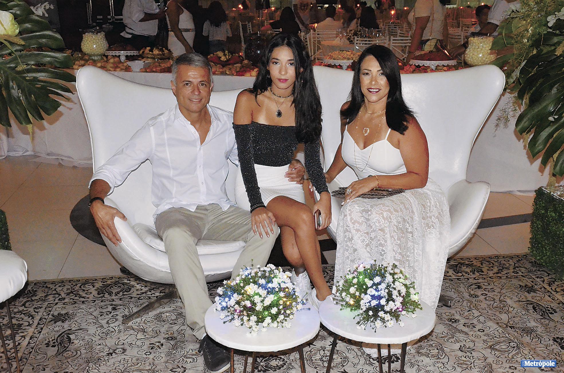 28 - O primeiro tesoureiro do IC, Roberto Carlos da Silva, com a filha Bianca e a esposa Helena no Réveillon 2019 do Indaiatuba Clube