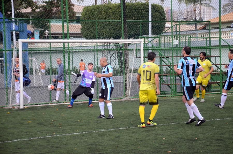 Momento de um dos gols da vitória do JR Celulares CT Nando Grana contra o Esquadro pelos Veteranos