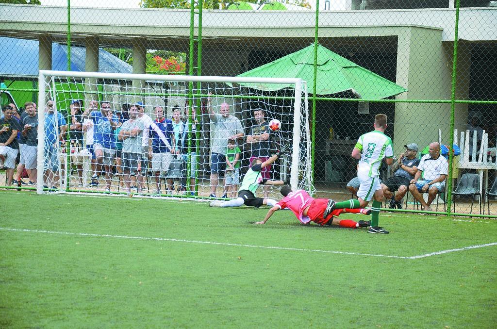 08 - Um dos gols da goleada de 5 a 2 que garantiu o título ao time do Priority Solutions
