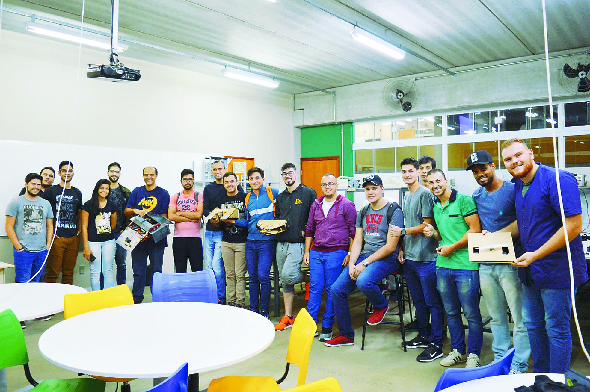 28 - Foto 4_ Alunos de Engenharia de Controle e Automação da UniMAX fazem apresentações de trabalho