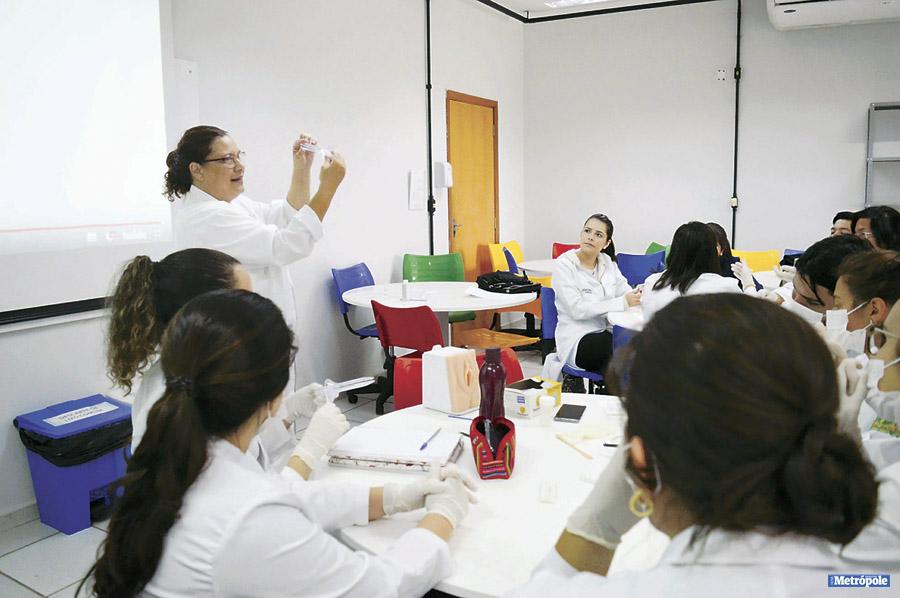 27 - FOTO 2_ Estudantes de Medicina da UniMAX em aula prática de Ginecologia