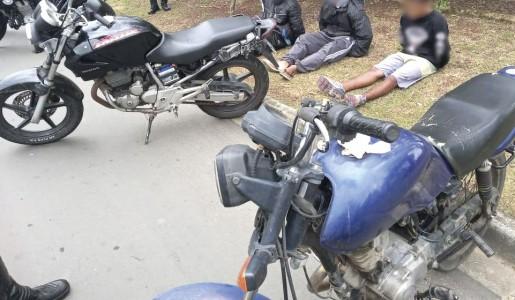 Equipe da Romi aborda adolescentes em motocicletas